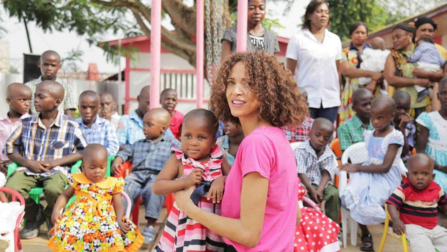 Quand Néomie Lenoir séduit le Cameroun