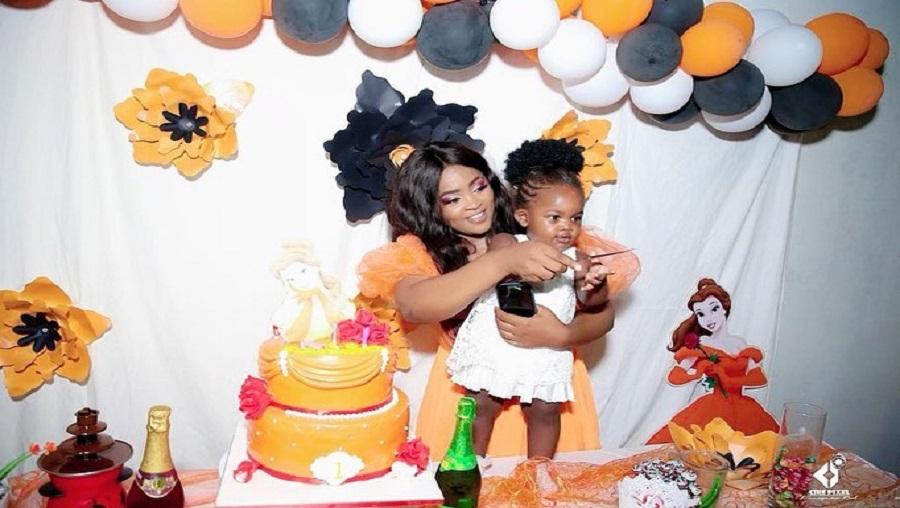 En images, le premier anniversaire d'Alexandra la fille de Mimie