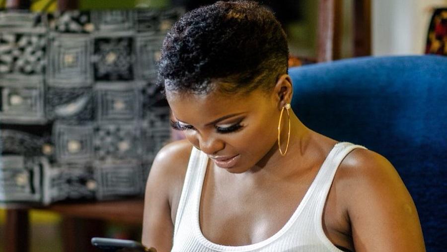 Beauté : Daphne Njie change de tête et craque pour une mini coupe
