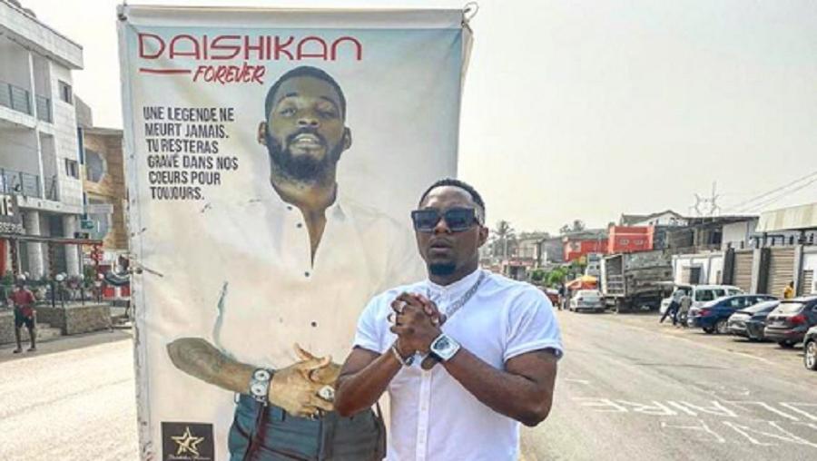 Stanley Enow se recueille sur le lieu de l'accident de DJ Arafat à Abidjan