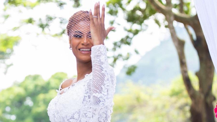 Chantal Biya couvre Coco Emilia de cadeaux après son mariage